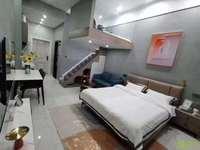 华贝广场单身公寓,小复式精装修拎包入住,挂31.8万。看中能谈
