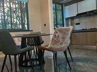 出售卧龙山庄102平米住宅,超大阳台装修青丝格局周正适宜居住。